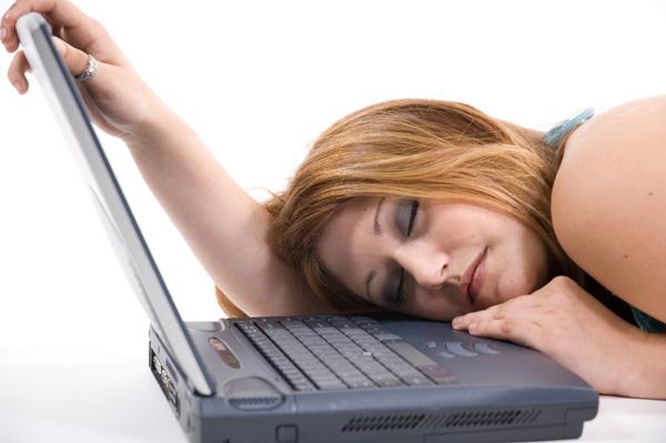 bored-woman-laptop